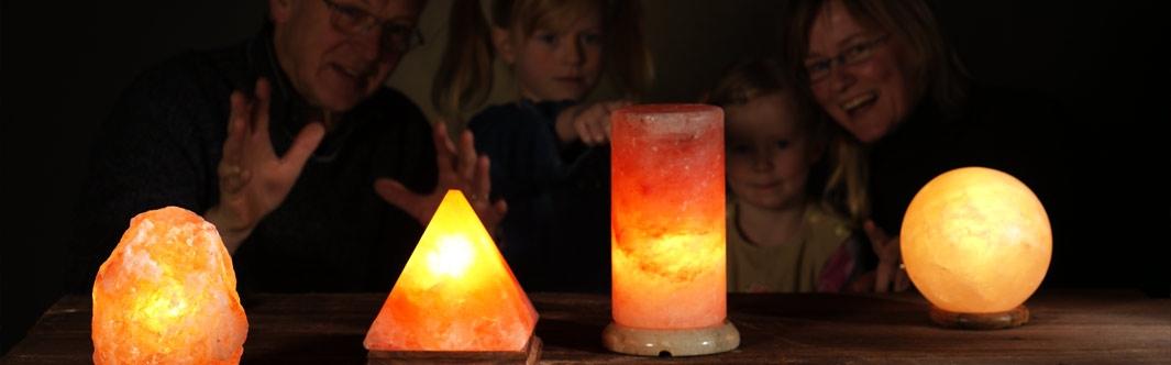 Schaffen Sie Wohlfühlatmosphäre durch warmes Licht von Salzlampen und Teelichtern von KönigsSalz